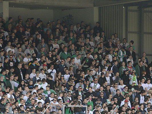 Nach dem Frsut über die Niederlage im Stadion wurden einige Rapid-Fans in einem Zug ausfällig