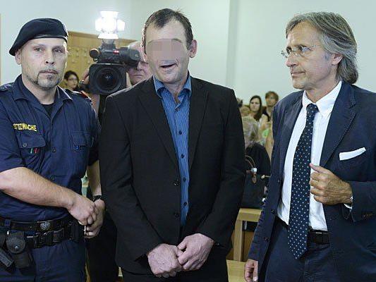 Anwalt Elmar Kresbach (R.) und der Anklagte vor Beginn eines Prozesses nach einen Mord im Skaterpark Wien-Meidling