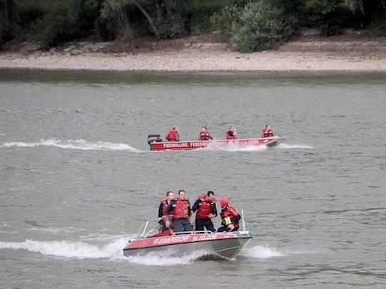 Kräfte der Feuerwehr bei der Suche nach dem Vermissten auf der Donau bei Schönbühel (Bezirk Melk)