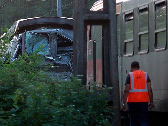 Eine Regionalbahn rammte den hinteren Teil eines TGV-Hochgeschwindigkeitszuges.