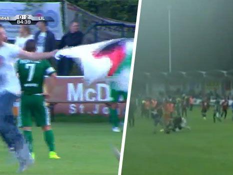 Kurz vor Spielende stürmten Zuseher mit palästinensischen Flaggen Platz und attackierten Spieler von Haifa.