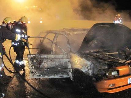 In Niederösterreich musste die Feuerwehr in der Nacht wegen eines Fahrzeugbrandes ausrücken.