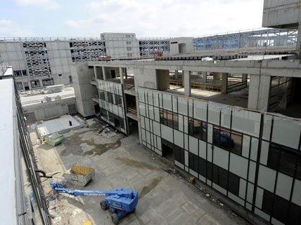 Angeblich gibt es Verzögerungen auf der Krankenhaus-Baustelle.