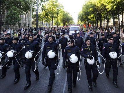 Vermutlich wird es bei der Demo am Sonntag einen Großeinsatz der Polizei geben.