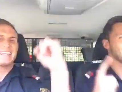 Diese beiden Exekutivbeamten geben beim Singen alles.
