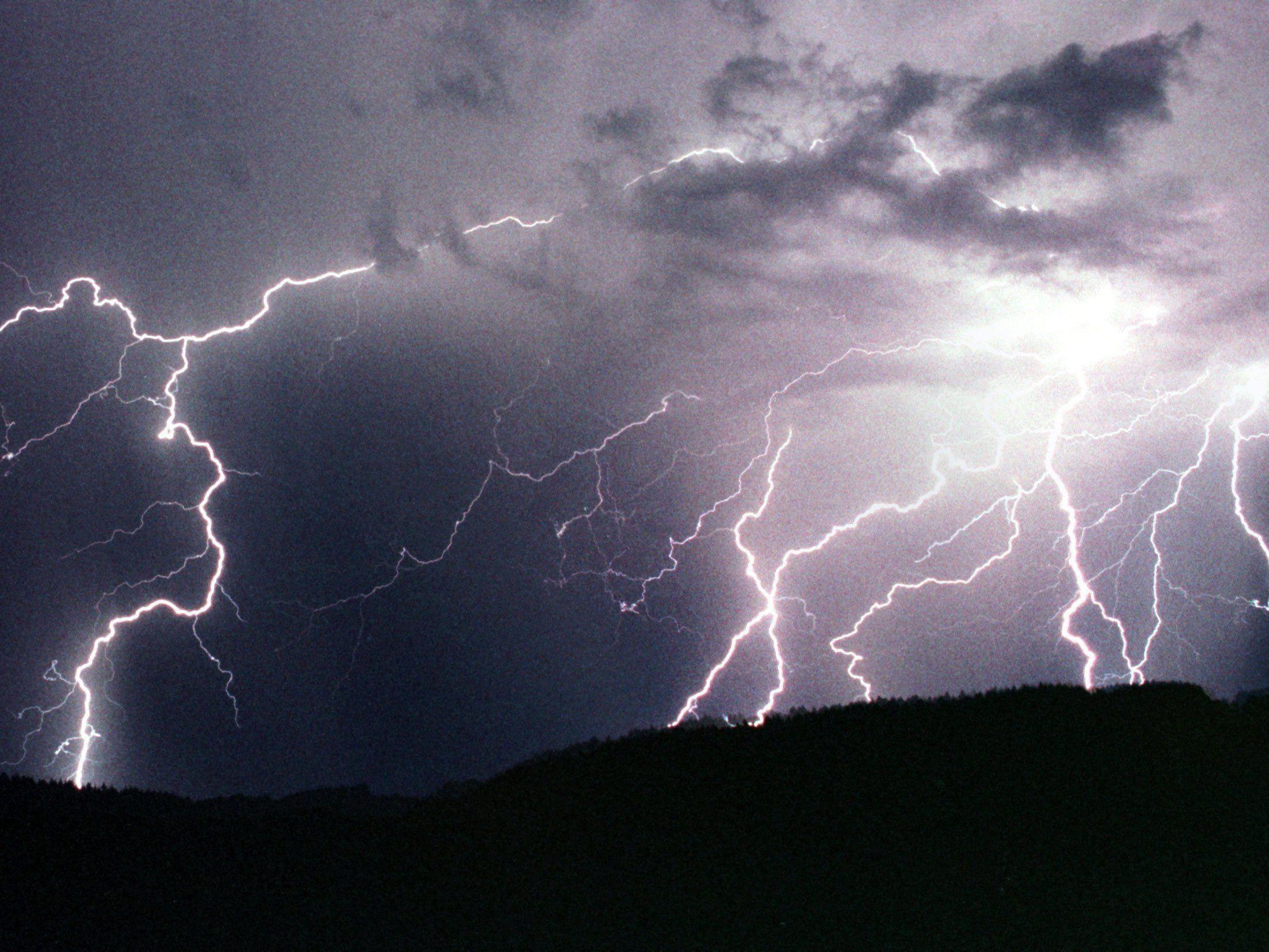 So verhalten sie sich bei einem Gewitter mit Blitz und Donner richtig.
