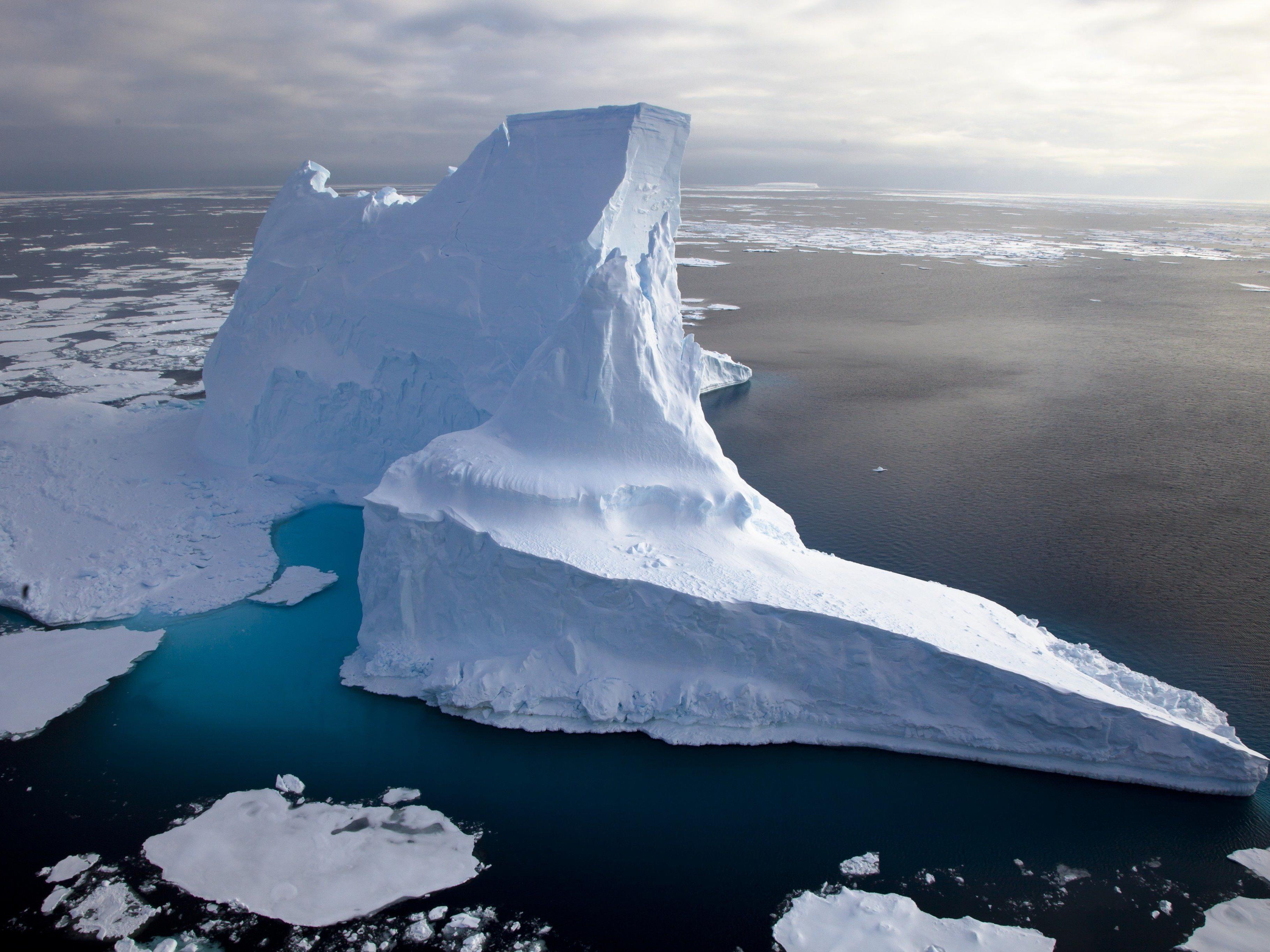 Heutzutage treiben die größten Eisberge in antarktischen Gewässern. Sie reichen bis in eine Wassertiefe von maximal 700 Meter und sind damit deutlich kleiner als jene Eisberge, welche die Kratzspuren auf dem Hovgaard Rücken in der Framstraße hinterlassen haben.