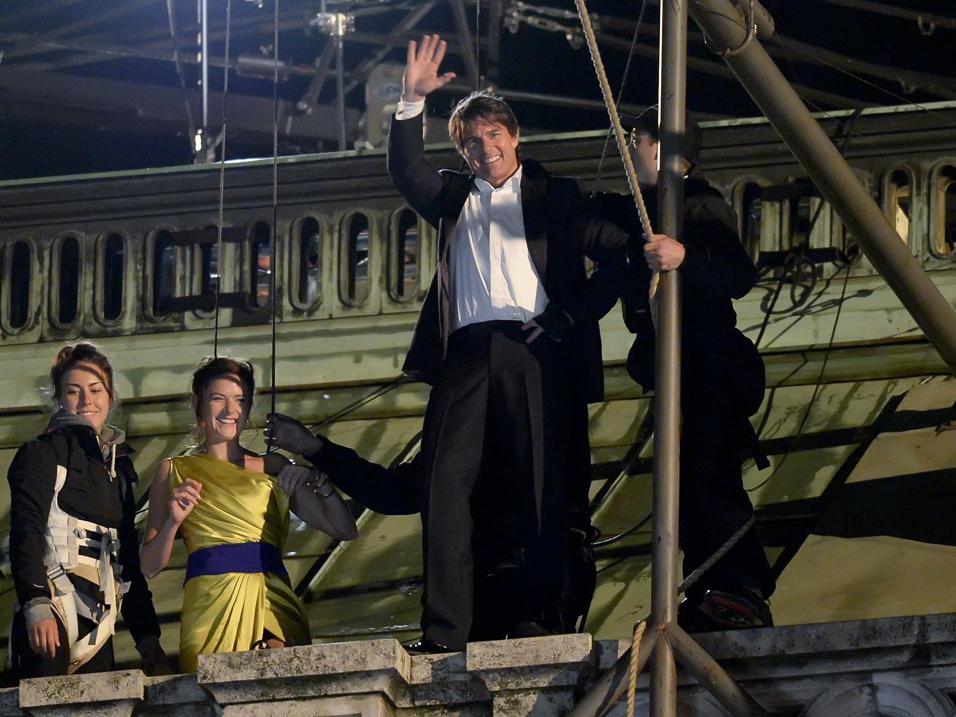 Tom Cruise hat auch bei waghalsigen Action-Szenen gute Laune und winkt seinen Fans.
