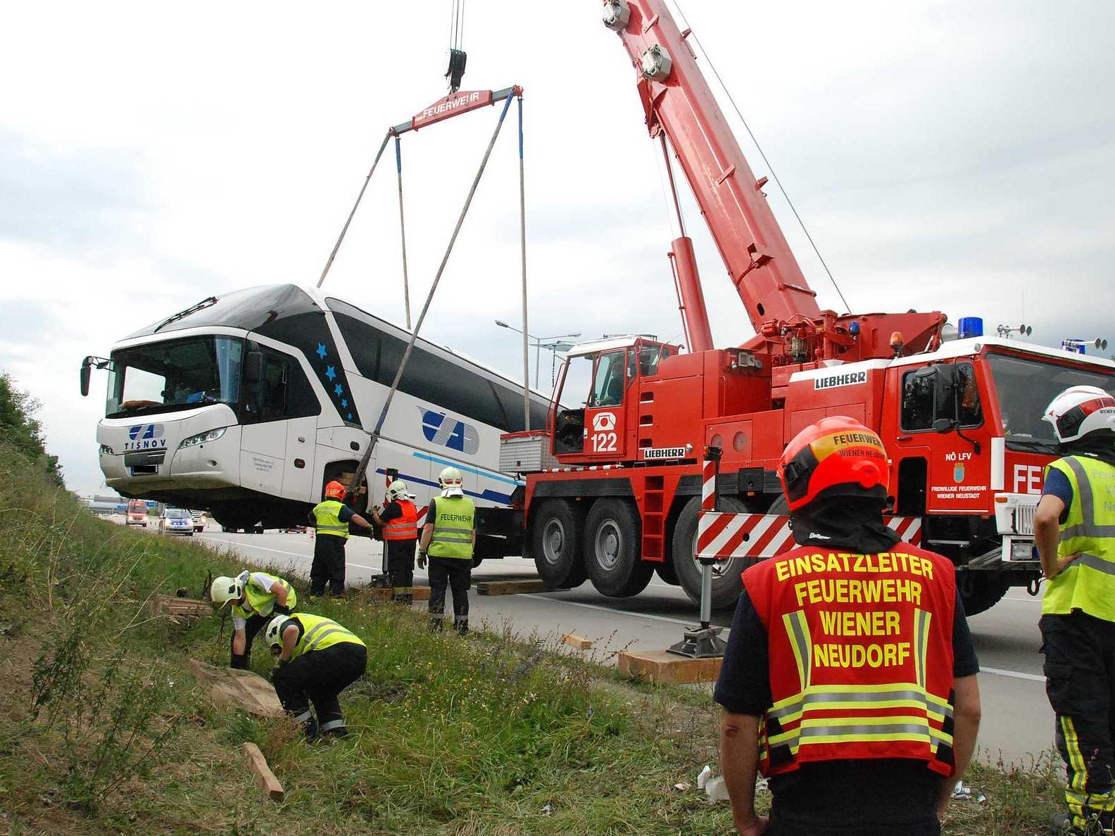 Tschechischer Reisebus auf A2 bei Wiener Neudorf verunglückt