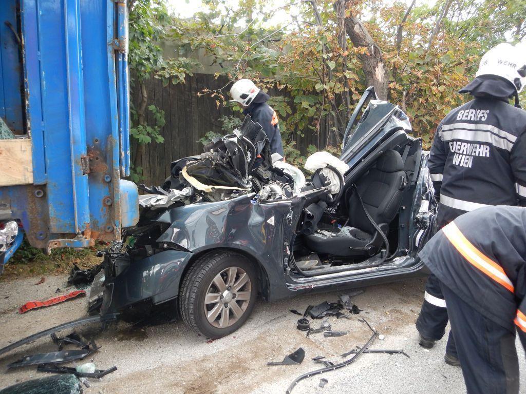 Der Fahrer des Pkw verstarb noch an der Unfallstelle.