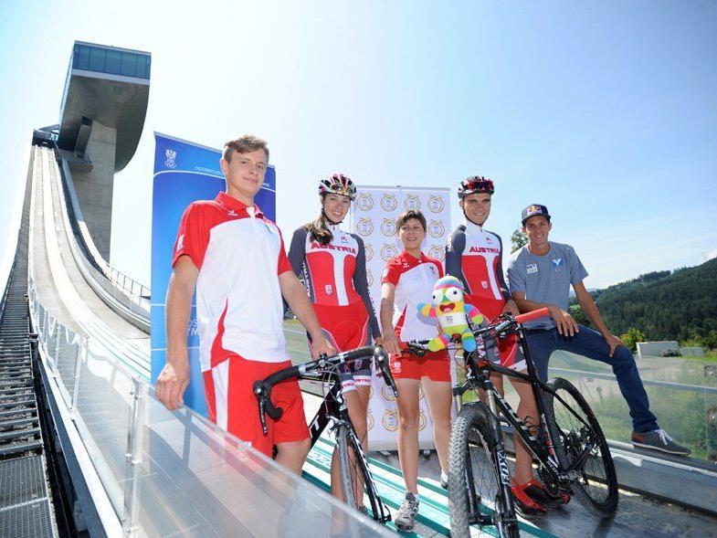 YOG- Radsportler Tobias Franek, Melanie Amann, Nadja Heigl und Felix Ritzinger mit Gregor Schlierenzauer (v.l.n.r.)