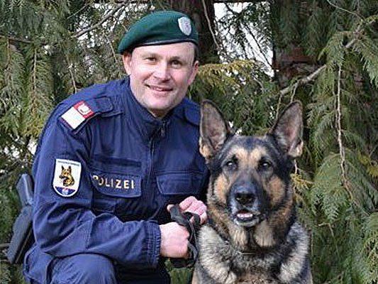 """Bezirksinspektor Helmut Kraus, Diensthundeführer bei der Polizeiinspektion Drasenhofen, mit seinem Diensthund """"Eros vom Schopperweg"""""""