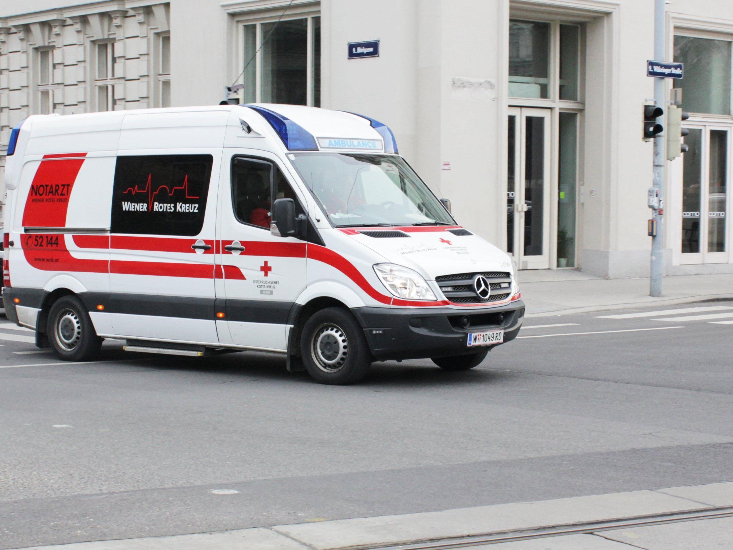 Ein mann verletzte sich nach einem Sturz in eine Glasscheibe lebensgefährlich.
