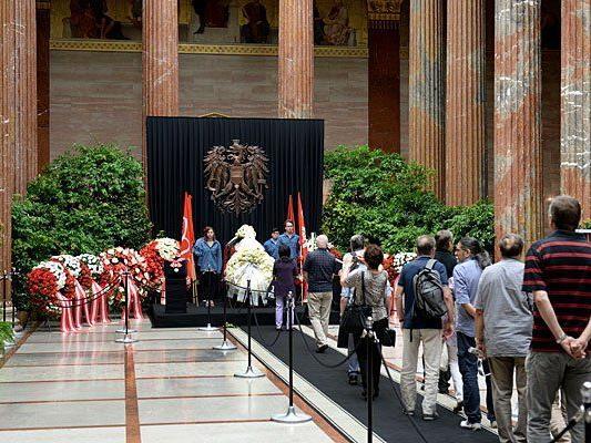 Menschen nehmen Abschied vor dem in der Säulenhalle des Parlaments in Wien aufgebahrten Sarg mit der am vergangenen Samstag verstorbenen Nationalratspräsidentin Barbara Prammer