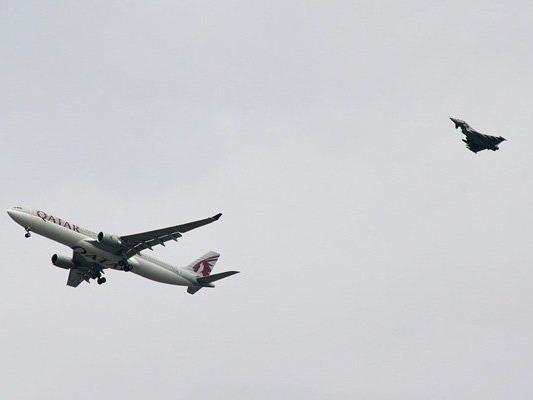 Der Airbus wurde, von einem Kapmfjet begleitet, zum Flughafen Manchester geleitet.