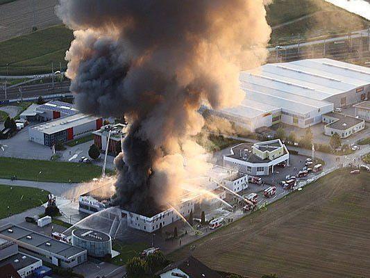 Großbrand auf dem Areal eines Reifenhändlers im Gewerbepark in St. Valentin (Bezirk Amstetten)