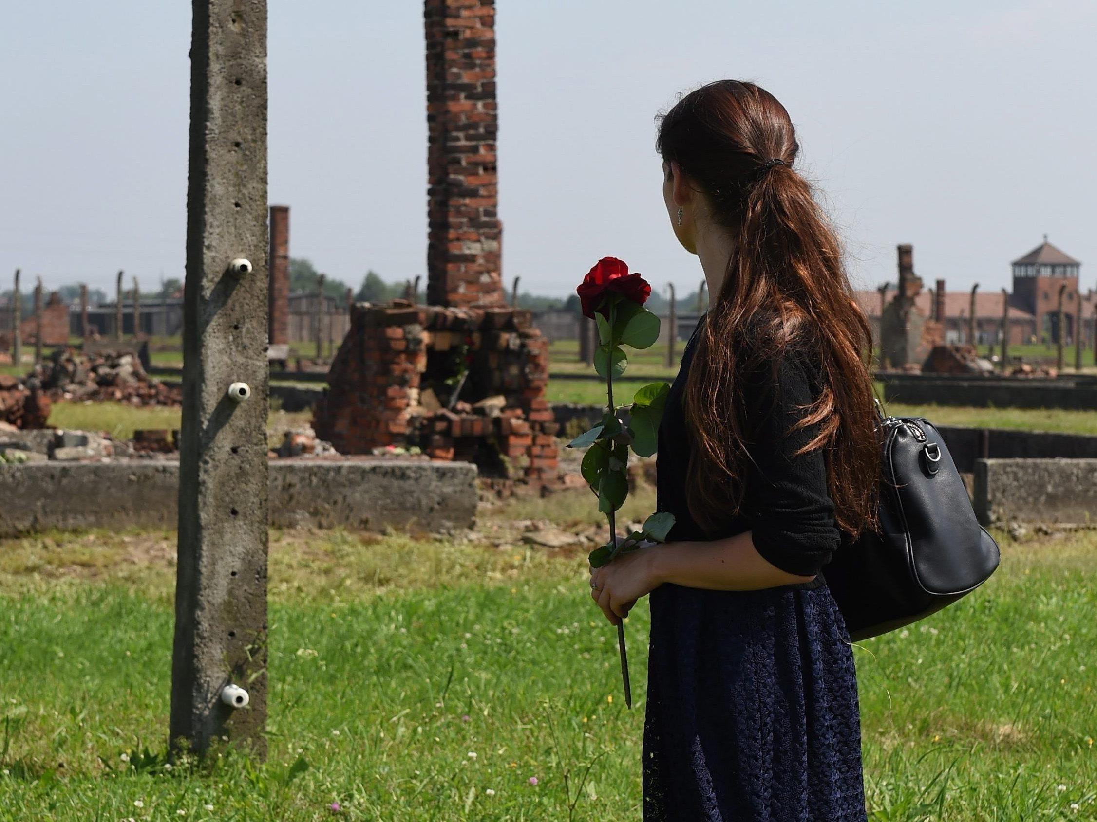 Warum kann man in Auschwitz nicht einfach mal schweigen und das Handy in der Tasche lassen?