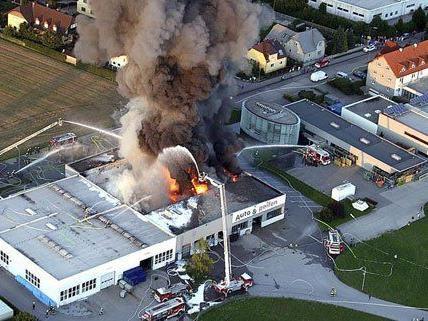 Der Brand hatte eine riesige Rauchsäule verursacht.
