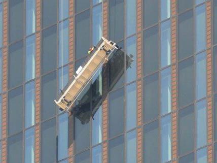 Nach dem Unfall wird nun die Gondel der Fensterputzer untersucht.