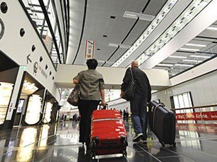 Am Wiener Flughafen hat sich eine 69-Jährige bei einem Sturz verletzt.