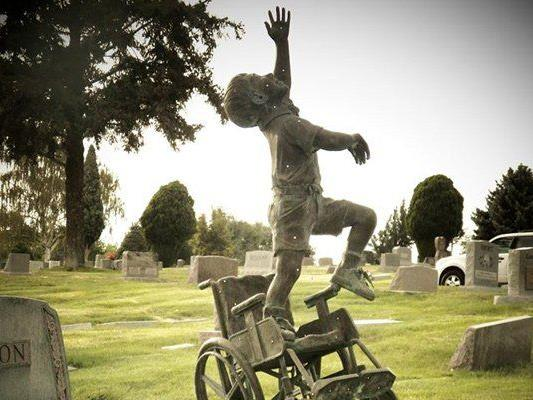 """Das Grab sei als """"Ort des Glücks"""" gedacht, erklärt sein Vater."""
