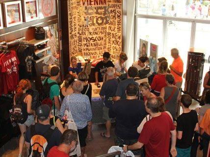 Der Ansturm auf Österreichs erstes Hard Rock Cafe ist anscheinend groß.