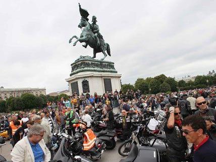 Hunderte Biker waren am Mittwoch am Wiener Heldenplatz.