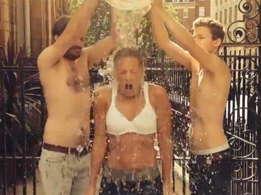 Auch Helene Fischer duscht eiskalt für den guten Zweck.
