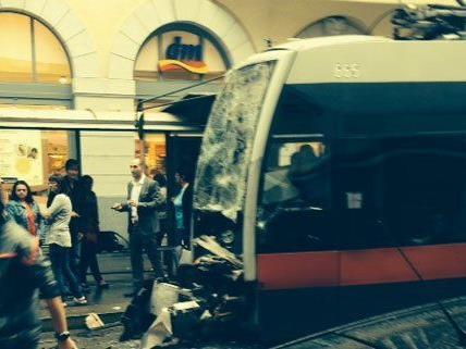 Drei Verletzte bei Straßenbahn-Auffahrunfall in Wien