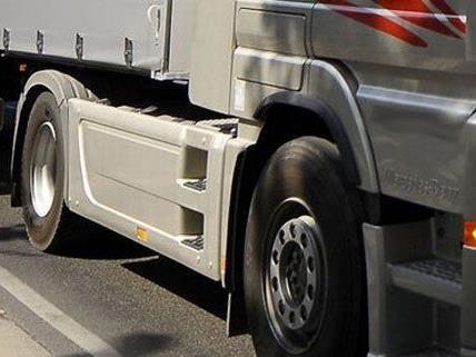Ein Lkw beschädigte eine ÖBB-Oberleitung