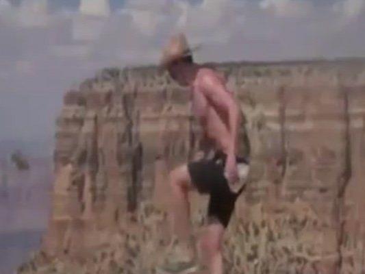 Ein Mann kickt ein Eichhörnchen in den Grand Canyon.