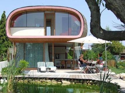 """Das Haus """"Käfer im Garten"""" in einer Kleingartensiedlung im 22. Bezirk bietet dank seiner ungewöhnlichen Form und der raumhohen Verglasung viel Platz."""
