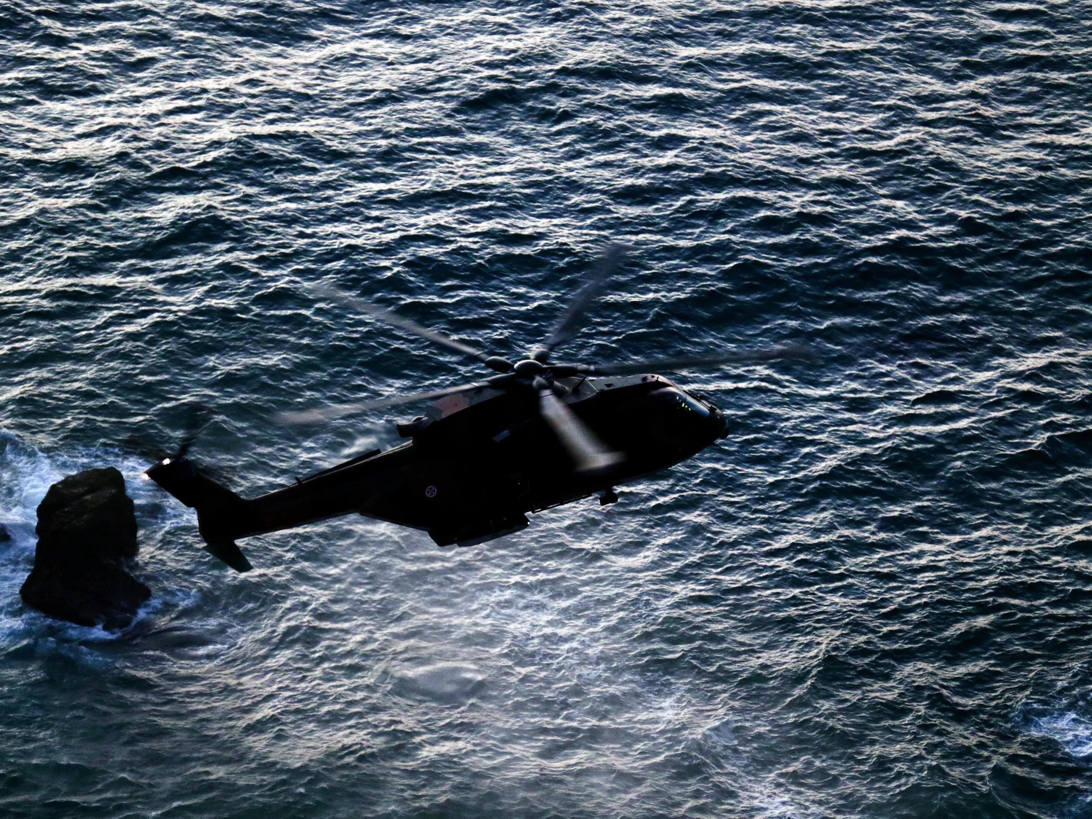 Familientragödie in Portugal - im Bild: Ein Helikopter sucht nach dem verunglückten Paar.