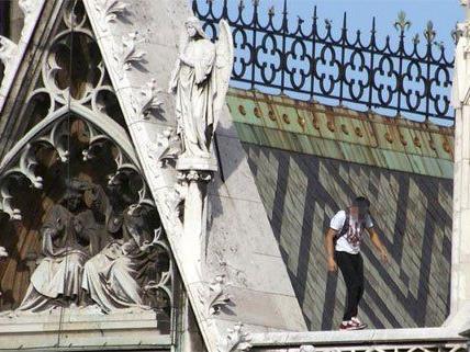 Waghalsiger Kletteraktion auf der Votivkirche.
