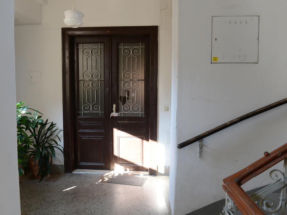 Durch diese Tür hatte der Mann geschossen.