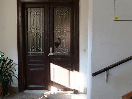 Durch diese Wohnungstür in Wien 16 wurde geschossen.