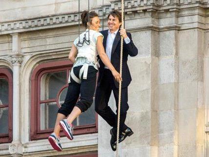 Da lacht er: Tom Cruise gut gelaunt bei seinem Staatsopern-Stunt.