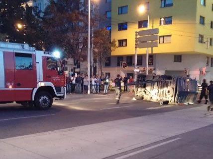 Der Kastenwagen kippte mitten auf der Straße um.