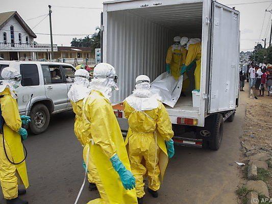 Abtransport von Ebola-Opfer in Liberia
