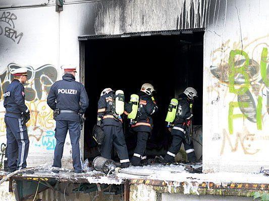 Die Feuerwehr am Schauplatz eines Brandes in einer Alten Supermarkthalle in Wien-Donaustadt