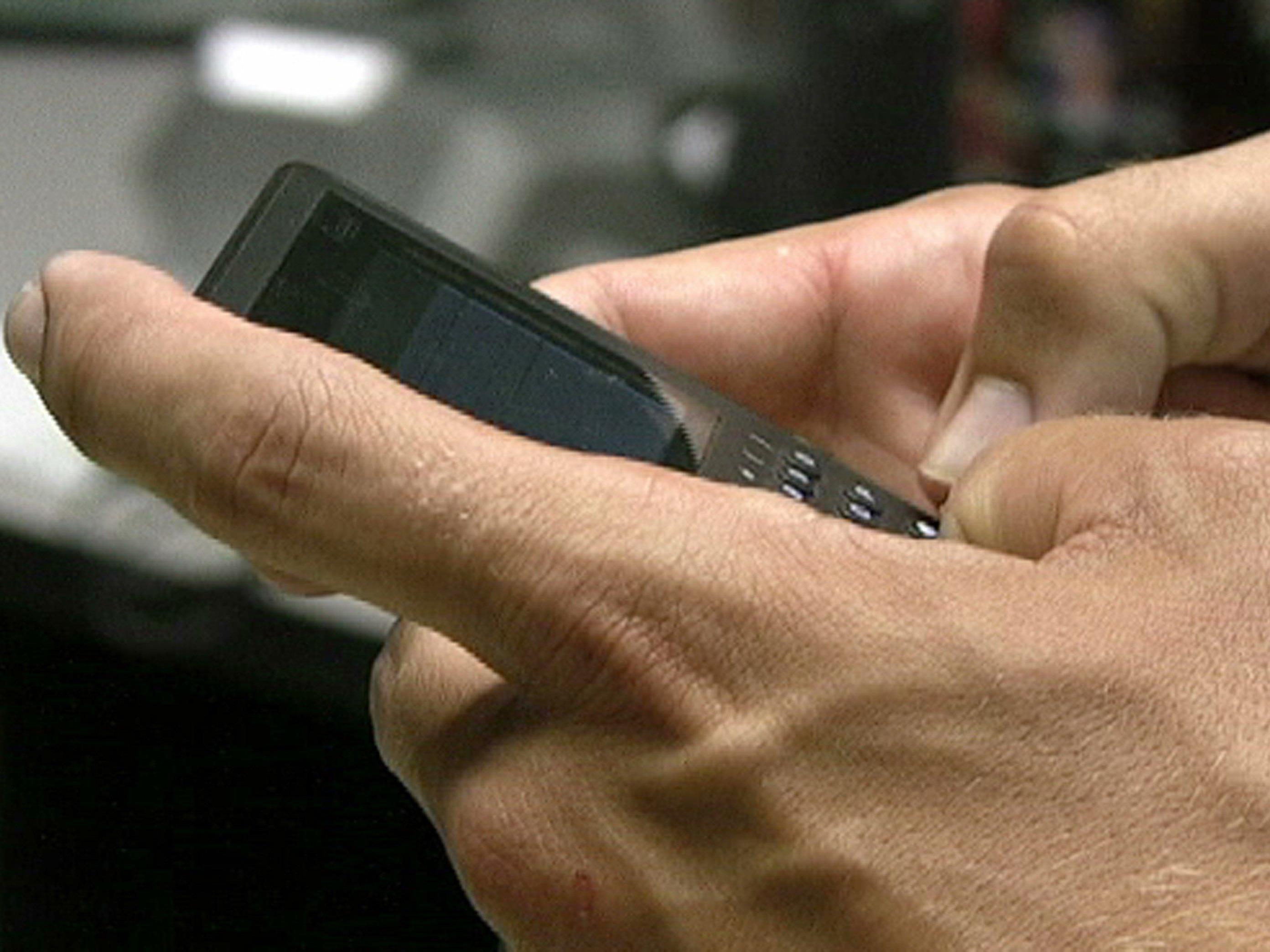 Ein Mann schickte seiner Ex-Freundin 21.807 SMS und muss sich jetzt wegen Stalkings vor Gericht verantworten.