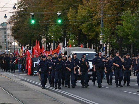 Polizei und Demonstranten bei der Demo am Wiener Ring