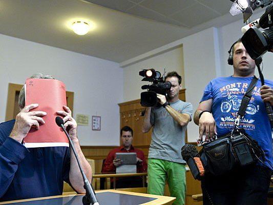 Der Vater des Hauptverdächtigen im Wiener Handgranatenmord beim Prozess in Wien
