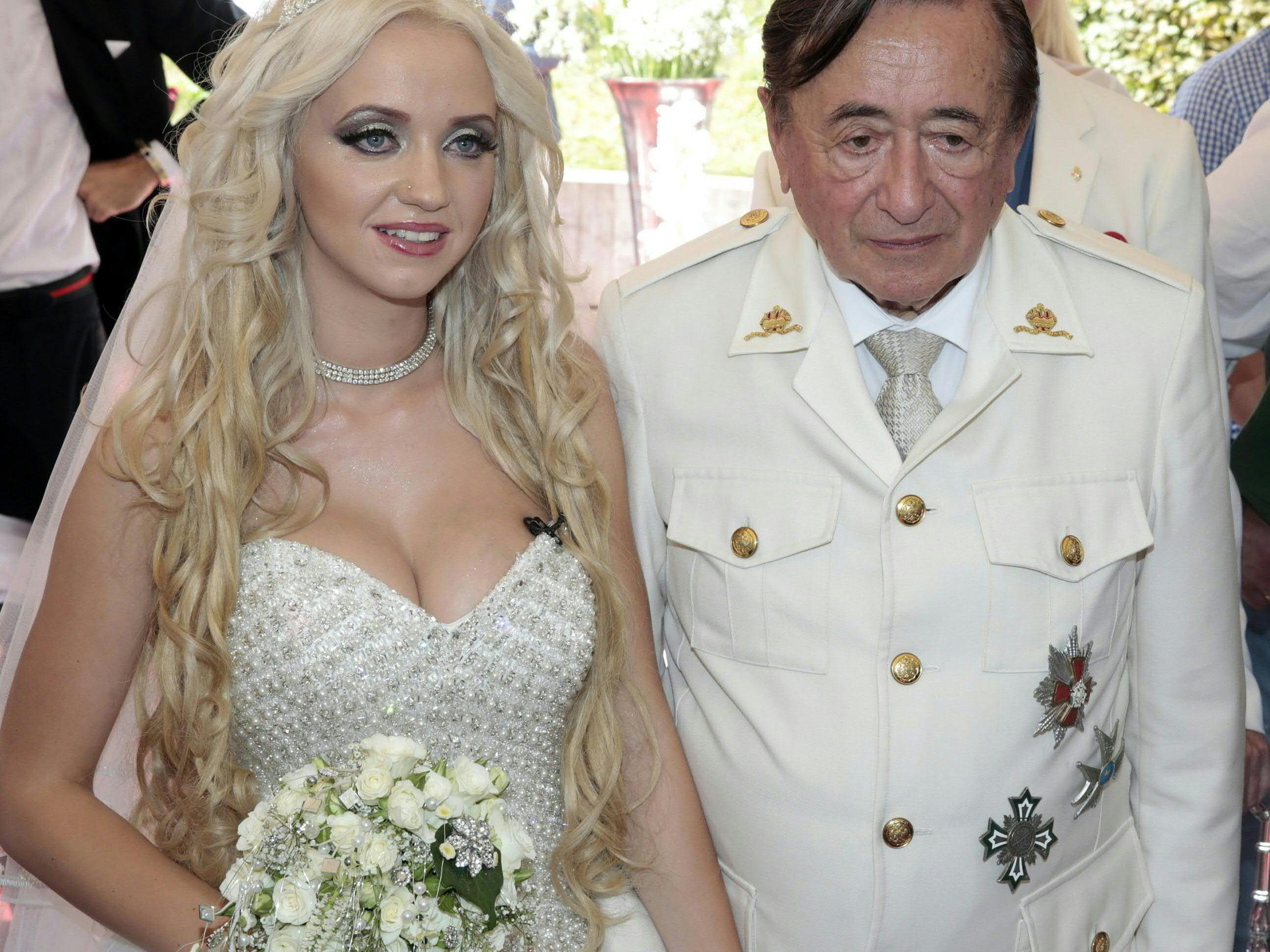 Schon bei der Verlobung zogen sich das Paar passend an.