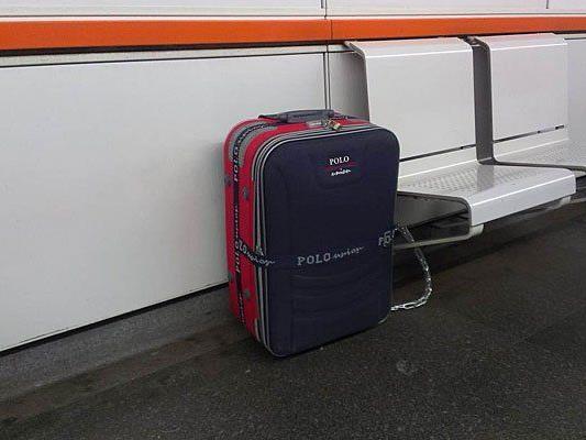 Diesen Koffer kettete der Tourist in der Station an