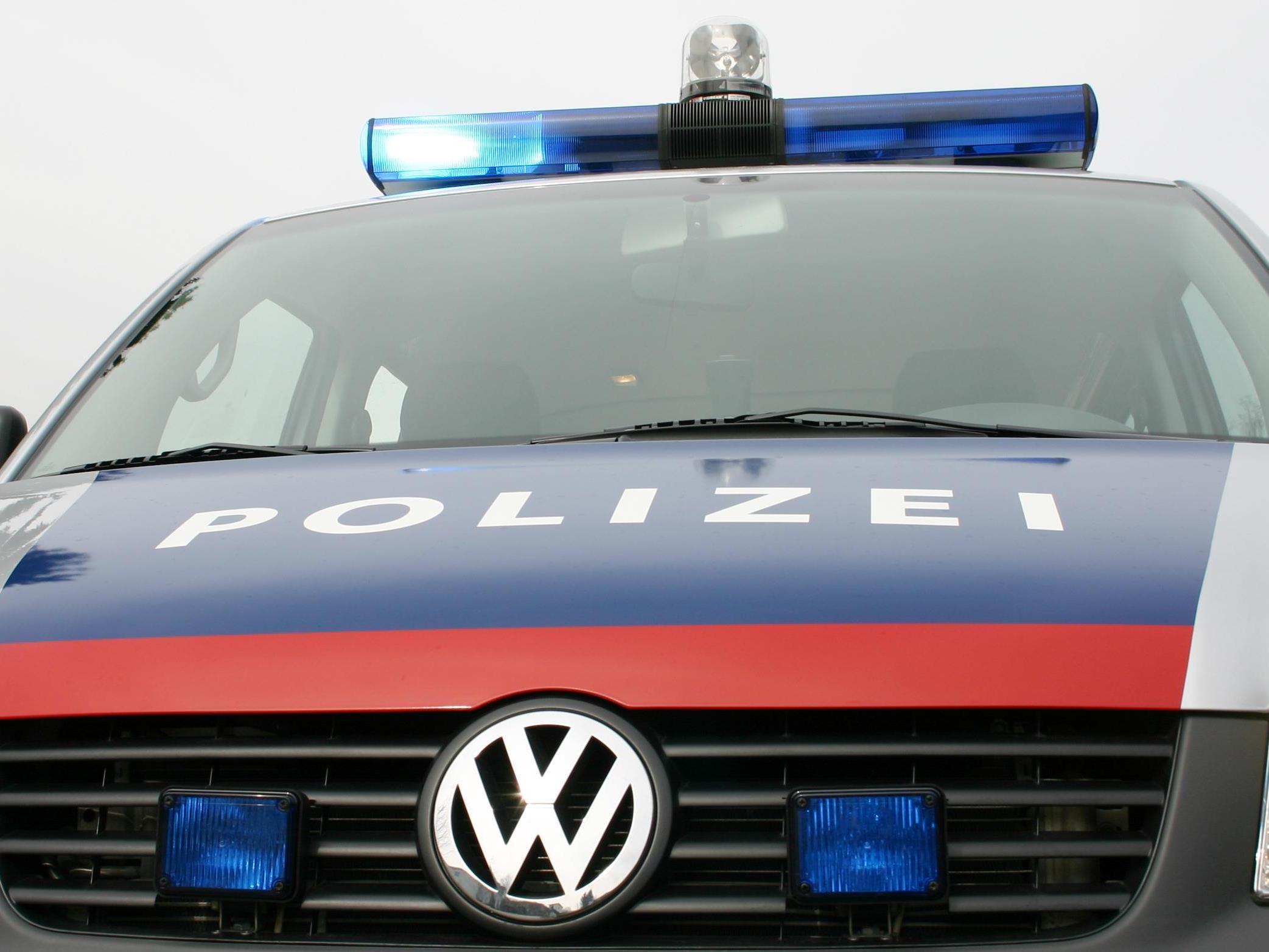 Tragischer Unfall in der Steiermark: Pensionist von eigenem Auto erdrückt.