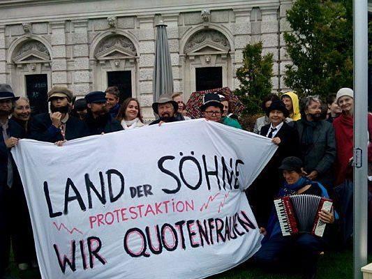 Vor dem Burgtheater demonstrierten Frauen mit Bärten