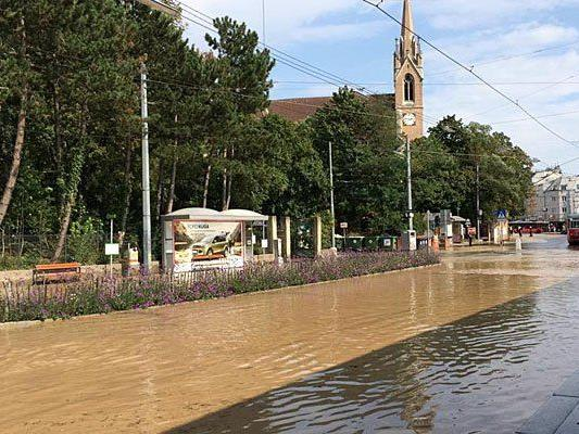Nahe dem Bahnhof Wien-Hütteldorf stand alles unter Wasser