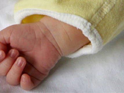 In Wien-Neubau wurde ein Neugeborenes in einem Stiegenhaus entdeckt.