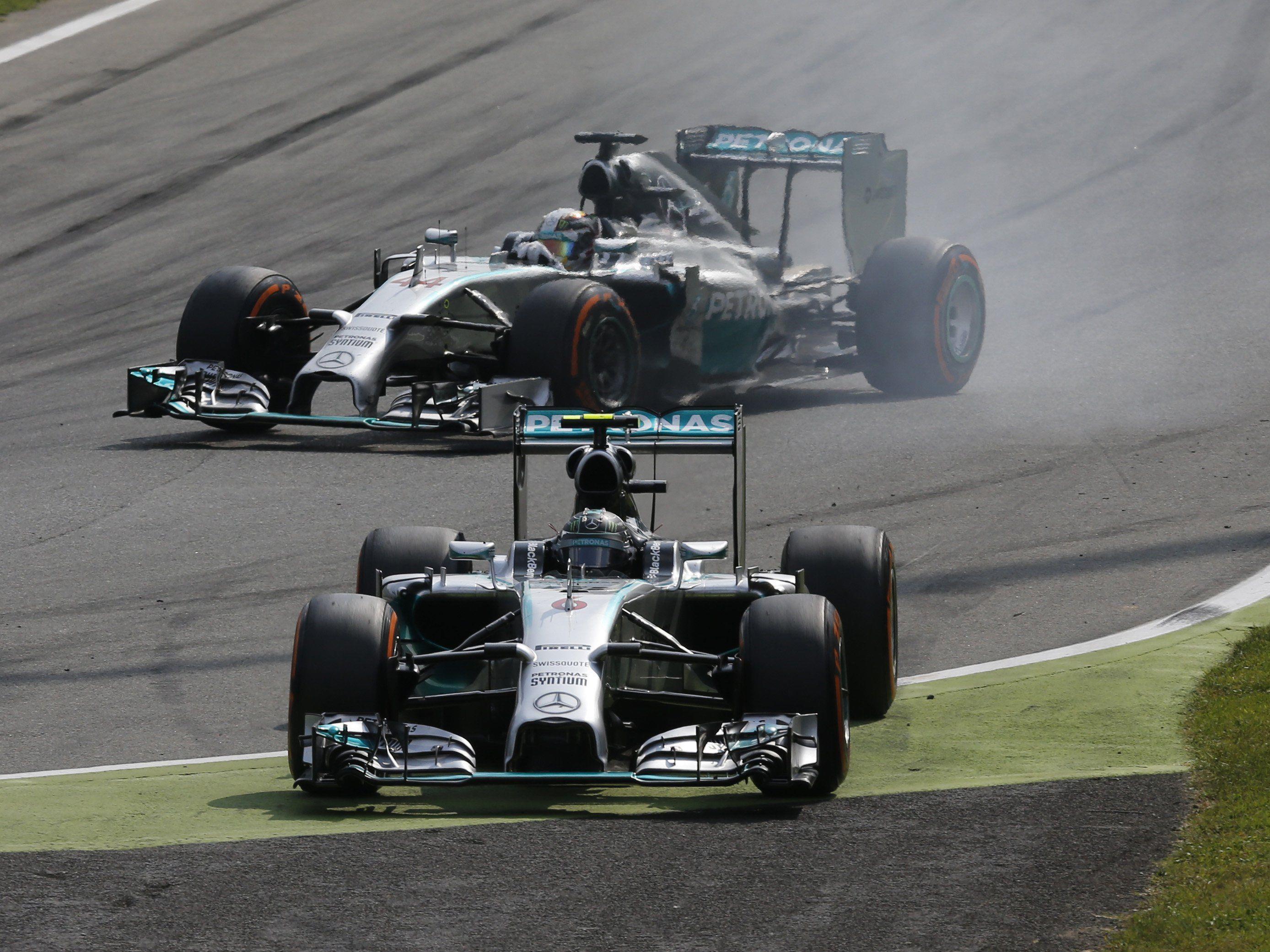 Rosberg (vorne) verbremst sich, während Hamilton (hinten) zum Sieg fährt. (AP)
